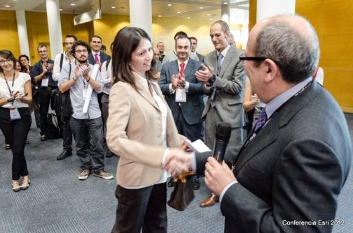 Marta Latorre recogiendo el premio en la pasada conferencia
